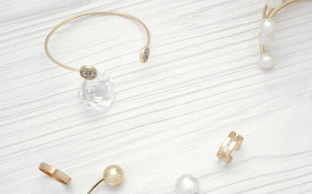 https://thuedungnguyen.vn/wp-content/uploads/2020/02/top-view-golden-bracelet-diamond-golden-jewelry-wooden-table_112112-45.jpg