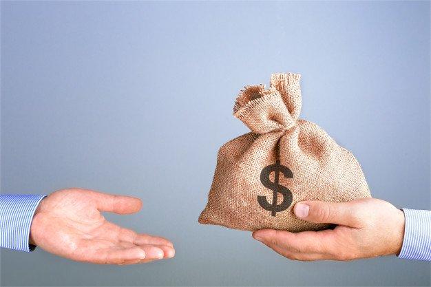 https://thuedungnguyen.vn/wp-content/uploads/2020/04/man-holds-gives-bag-money-hand-like-bonus-businessman-holding-bag-money-hand-offering-bribe-with-copy-space-cash-bag-concept_106035-279.jpg