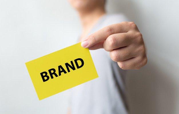 https://thuedungnguyen.vn/wp-content/uploads/2020/05/man-holding-yellow-card-word-brand-brand-building-success-concept_20693-241.jpg
