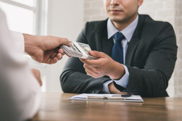 https://thuedungnguyen.vn/wp-content/uploads/2020/10/businessman-receiving-money-after-contract-signing_8087-1899.jpg
