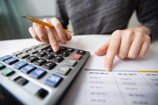 https://thuedungnguyen.vn/wp-content/uploads/2021/01/closeup-accountant-hands-counting-calculator_1262-3170.jpg