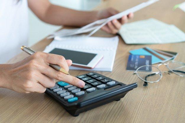 https://thuedungnguyen.vn/wp-content/uploads/2021/01/woman-holding-bills-using-calcutor-account-saving-concept_164138-175.jpg