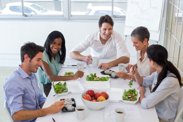 https://thuedungnguyen.vn/wp-content/uploads/2021/02/workers-chatting-while-enjoying-healthy-lunch_13339-105129.jpg