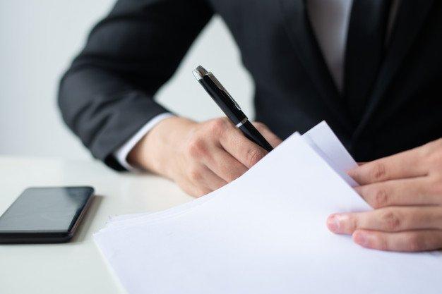 https://thuedungnguyen.vn/wp-content/uploads/2021/03/closeup-business-man-signing-document-office-desk_1262-18192.jpg